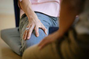 Hara Meditation zwei knieende Menschen